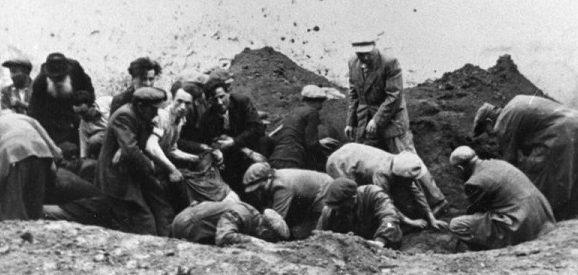 Эксгумация трупов заключенных, расстрелянных НКВД.