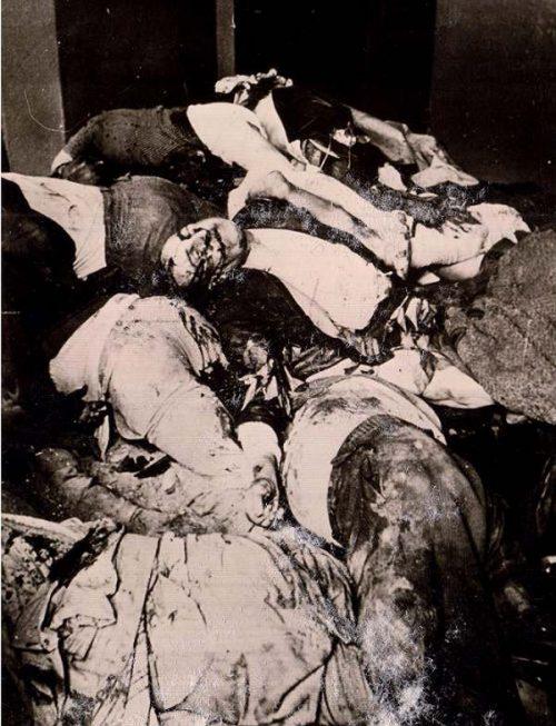 Трупы расстрелянных заключенных в камере тюрьмы на Лонцкого. 1 июля 1941 года. Некоторые такие камеры немцам пришлось замуровать, чтобы избежать эпидемии. Повторную эксгумацию провели в феврале 1942 г., когда ударили морозы.