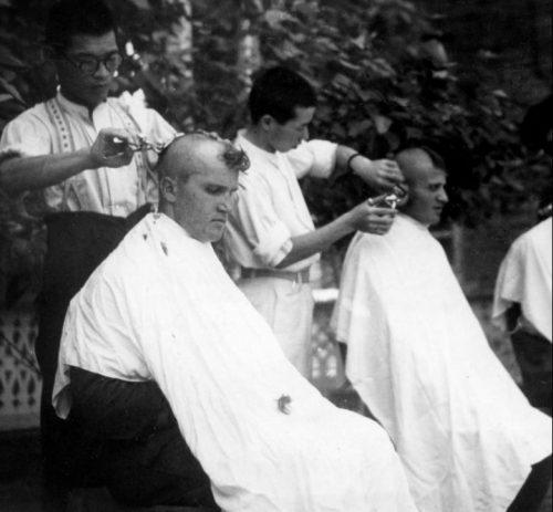 Японские парикмахеры бреют головы советским пленным, захваченным на Халхин-Голе. Пропагандистское фото. 1939 г.