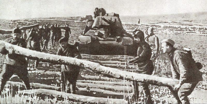 Саперы делают настил для прохода танков.