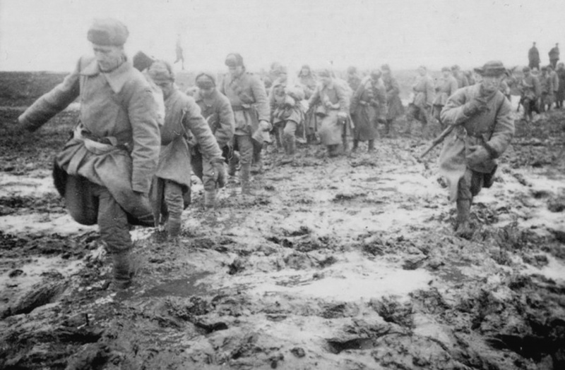 Советская пехота на подступах к городу.