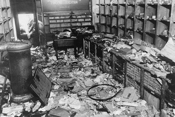 Разрушенный еврейский магазин во время погрома в Бухаресте.