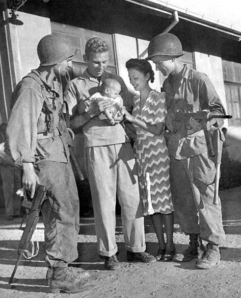 Интернированные с десантниками после рейда в Лос-Баньос.
