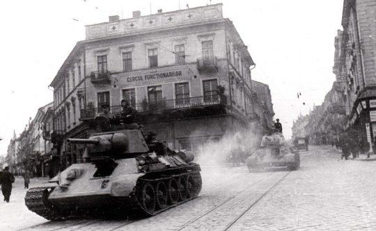 Советские танки на улицах Черновцов.