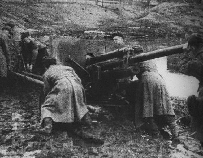 Советские артиллеристы на марше.