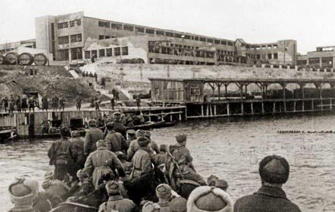 Красноармейцы форсируют Днепр в районе консервного комбината.