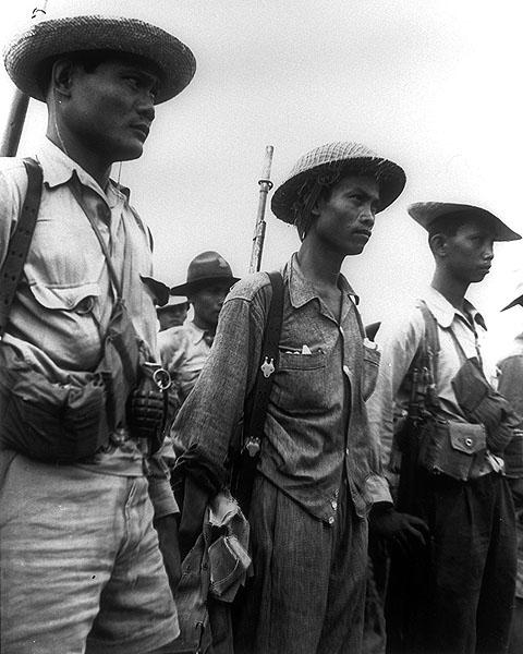 Филиппинские партизаны перед штурмом лагеря.