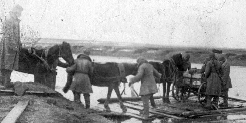 Красноармейцы переправляются через Буг.