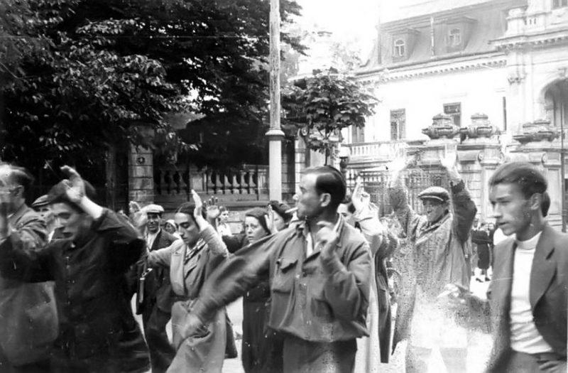 Евреев выгоняют на улицы города. 30 июня 1941 г.