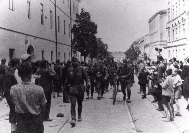Львовяне встречают немцев. 30 июня 1941 г.