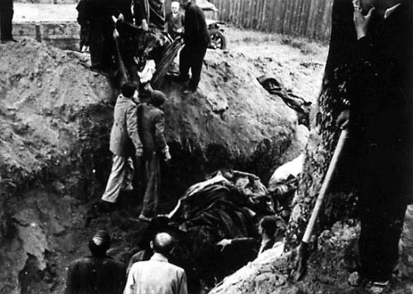 Процесс эксгумации расстрелянных заключенных в тюрьме. 3 июля 1941 г. Для проведения этих работ немцы принудительно согнали львовских евреев.