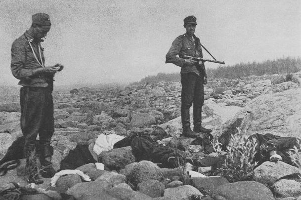 Финны у тел погибших десантников.
