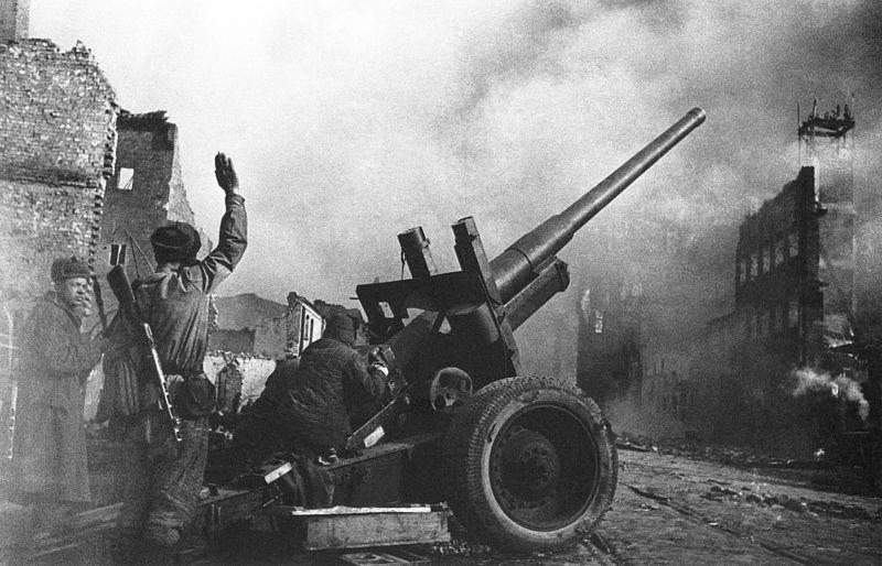 Расчет советской 122-мм пушки на одной из улиц Данцига.