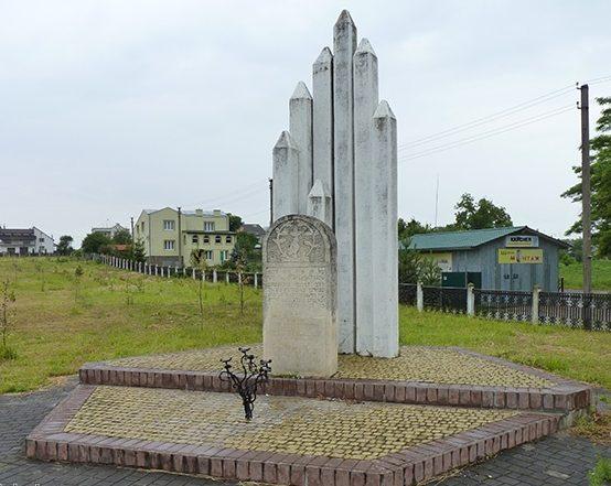 Памятник погибшим евреям на городском кладбище.