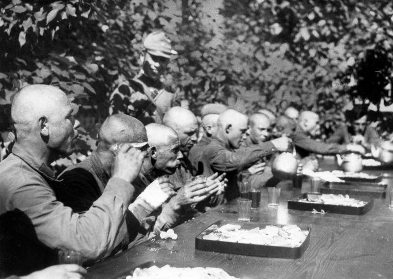 Захваченные на Халхин-Голе советские пленные за обедом. Пропагандистское фото. 1939 г.