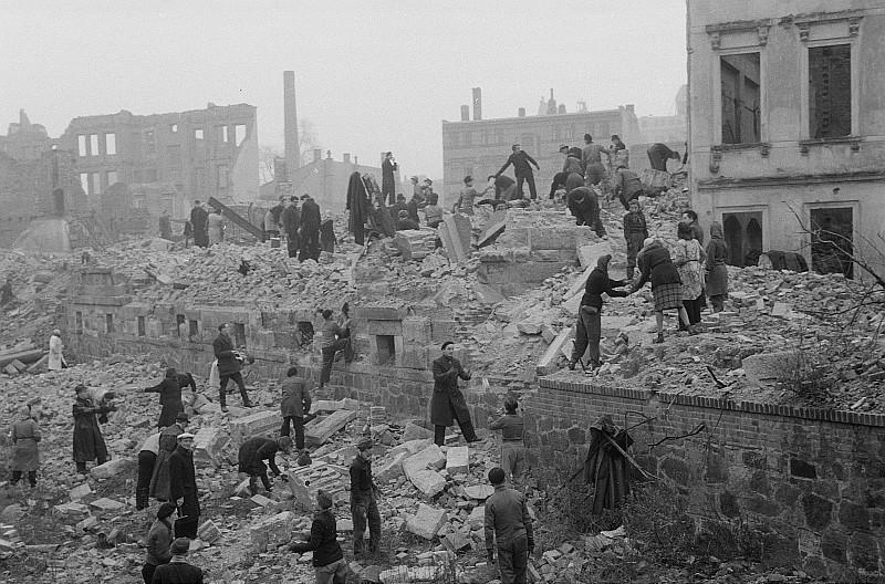 Ликвидация последствий бомбардировки.