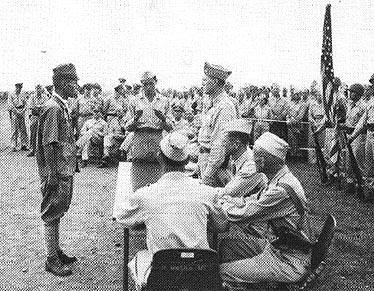 Японские войска сдаются 40-й пехотной дивизии США.