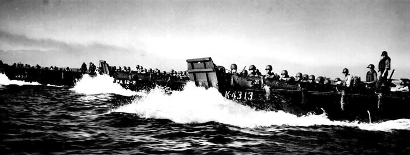 Десантные боты в заливе Лингаен.