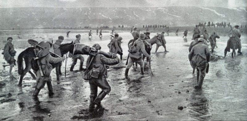 Советские воины форсируют лиман в районе Одессы.