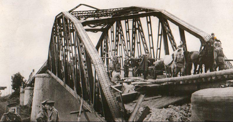 Красноармейцы переправляются по взорванному мосту.