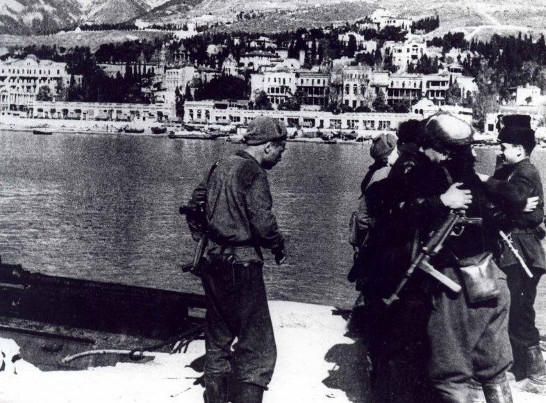 Партизаны в освобожденной Ялте.