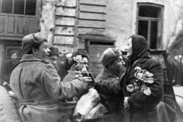 Жители Винницы встречают освободителей.