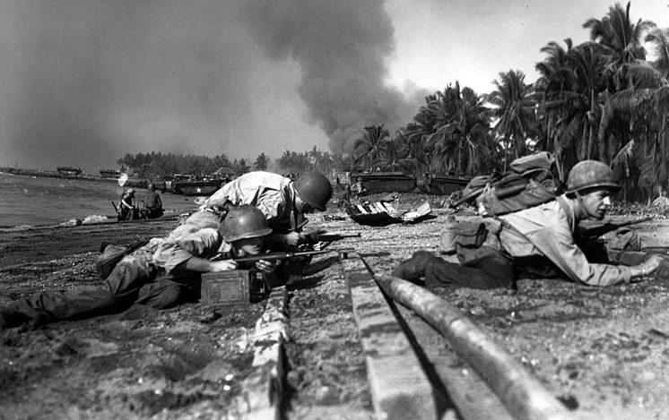 Американские солдаты во время высадки на пляже Талисей.