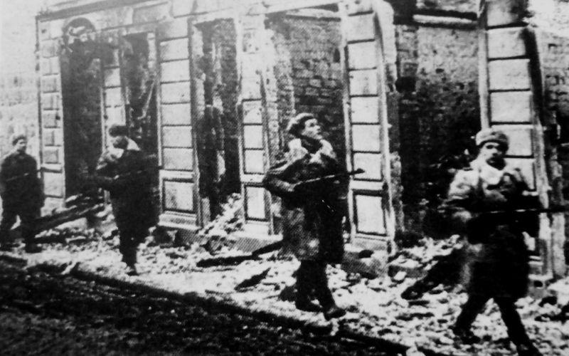 Автоматчики Красной Армии на улице взятого Данцига.
