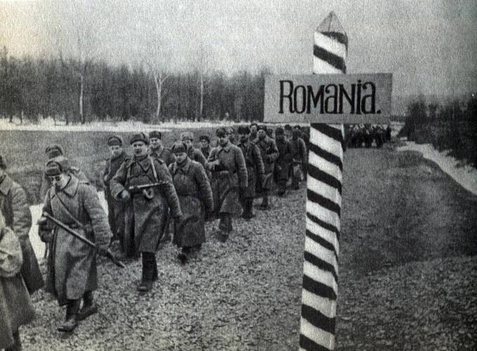 Советские войска пересекают границу с Румынией.