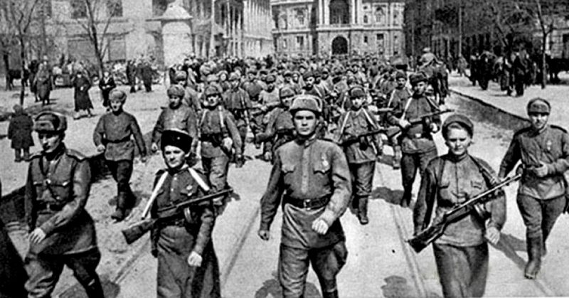 Части Красной Армии проходят по улицам освобожденной Одессы.