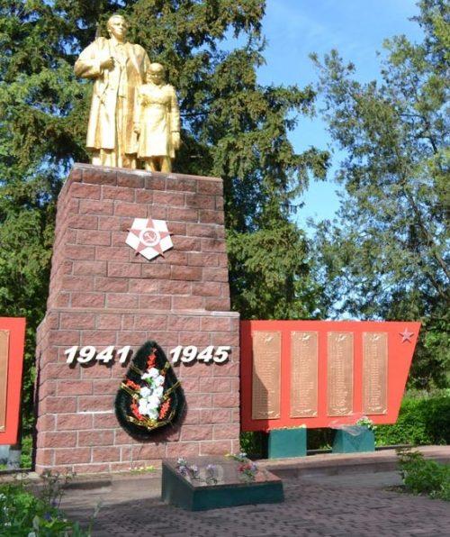 с. Зариг Оржицкого р-на. Памятник, установленный в честь павших воинов-земляков.