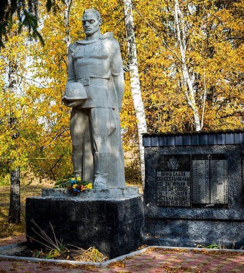 с. Климовка Карловского р-на. Памятник, установленный в 1976 году в честь погибших воинов-земляков.