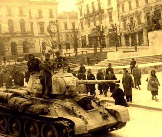 Красная Армия в освобожденных Черновцах.