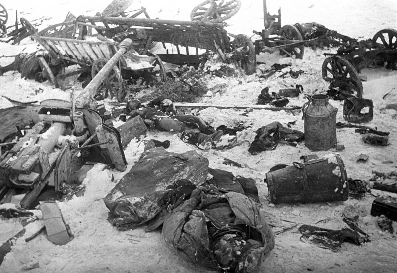 Разбитая немецкая колонна во время выхода немецких войск из Черкасского «котла».