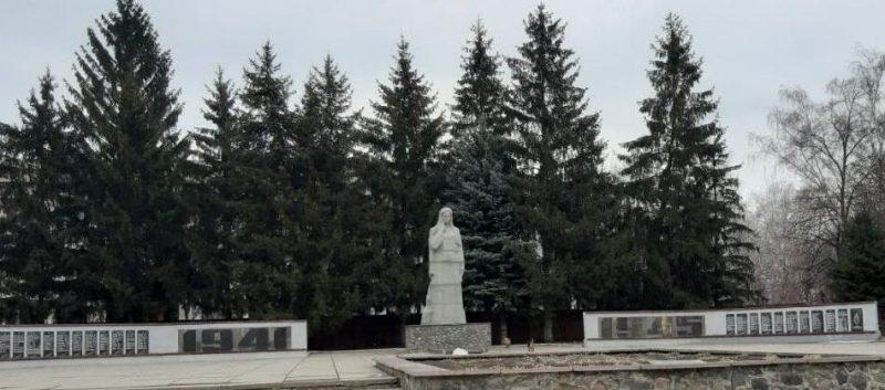 с. Лазорки Оржицкого р-на. Памятник, установленный в 1952 году в честь павших воинов-земляков.
