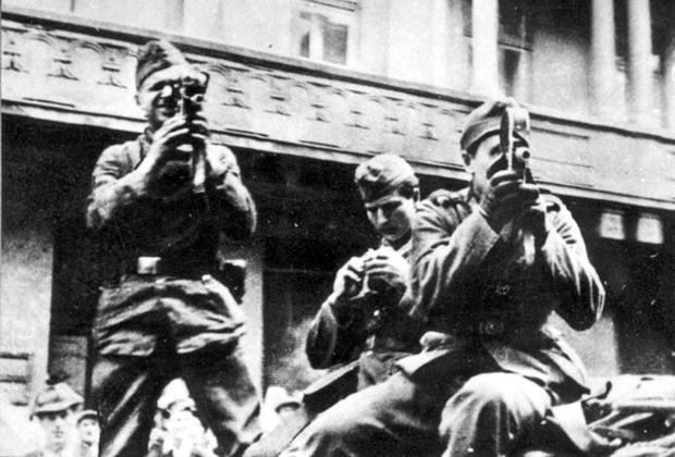 Немецкие кино-фото операторы снимают погром в Львове.