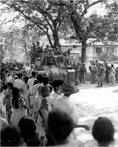 Жители города Себу встречают американских военных.