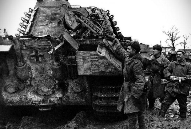 Разбитая немецкая бронетехника.