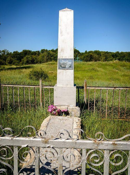 с. Лукомье Оржицкого р-на. Памятник, установленный в 1958 году на братской могиле советских воинов.