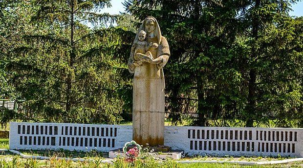 с. Лукомье Оржицкого р-на. Памятник, установленный в 1965 году в честь павших воинов-земляков.
