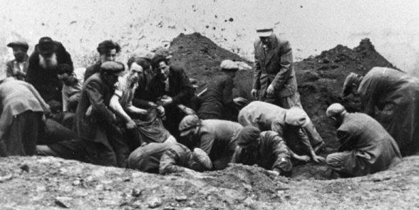 Евреи на эксгумации трупов заключенных, расстрелянных НКВД. Июль 1941 г.