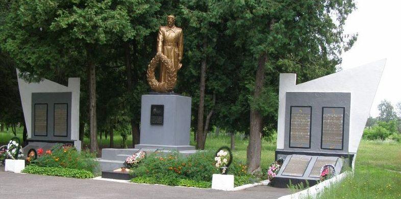 г. Заводское Лохвицкого р-на. Памятник в парке, установленный в 1967 году на братской могиле, в которой похоронено 15 советских воинов и памятный знак павшим воинам-землякам.