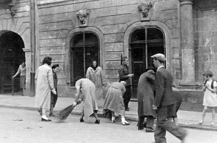 Евреи, выгнанные на уборку улиц. 30 июня 1941 г.