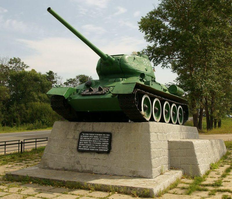 г. Тверь. Памятник-танк Т-34 установлен на пьедестале в 1966 году в честь советских воинов.