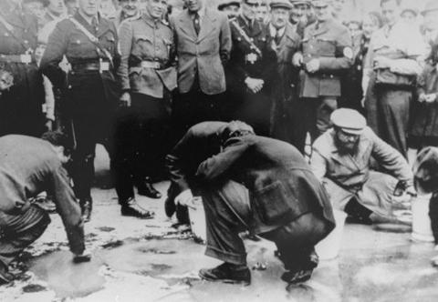Евреи, выгнанные на уборку улиц.
