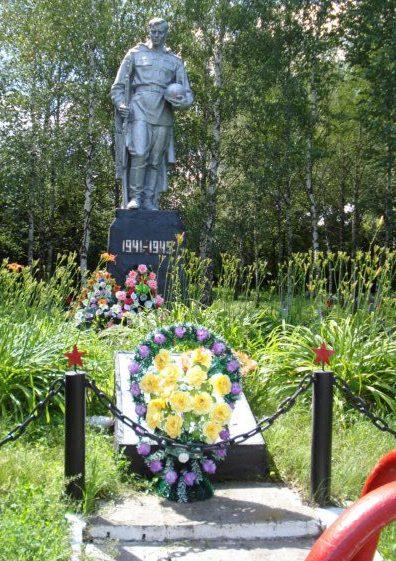 с. Маяковка Оржицкого р-на. Памятник советским воинам.