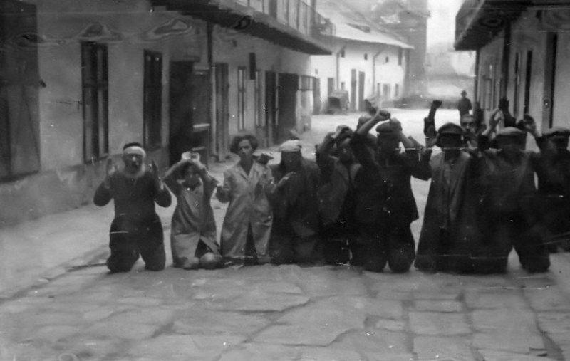 Евреев заставили на коленях ползти по улицам города в тюрьму на Бригидках. 1 июля 1941 г.