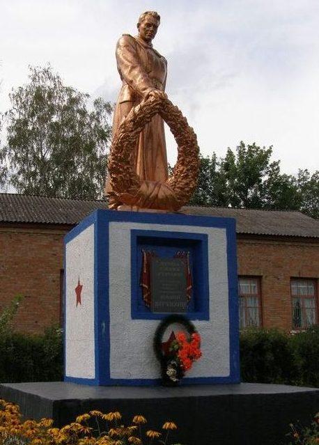 г. Заводское Лохвицкого р-на. Памятник, установленный на братской могиле, в которой похоронены в 1943 году сержант П.А.Коваленко и рядовой А.С.Петренко.