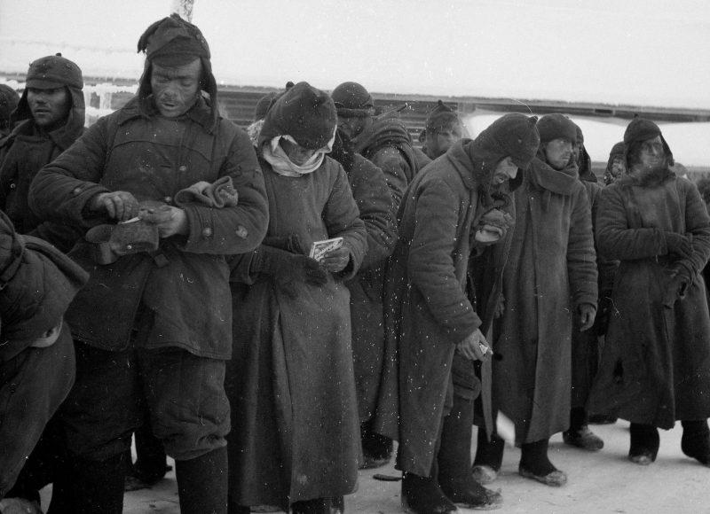Военнопленные на прогулке в военном лагере Париккала. Финляндия, 1939 г.