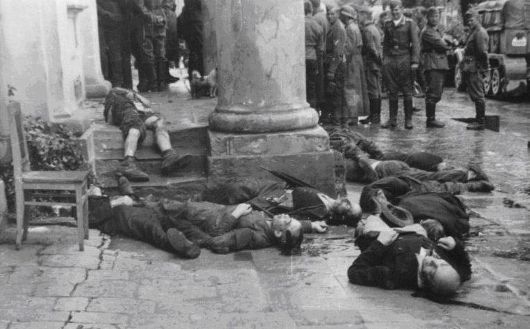 Тела расстрелянных НКВД возле окружного суда города. Июль 1941 г.